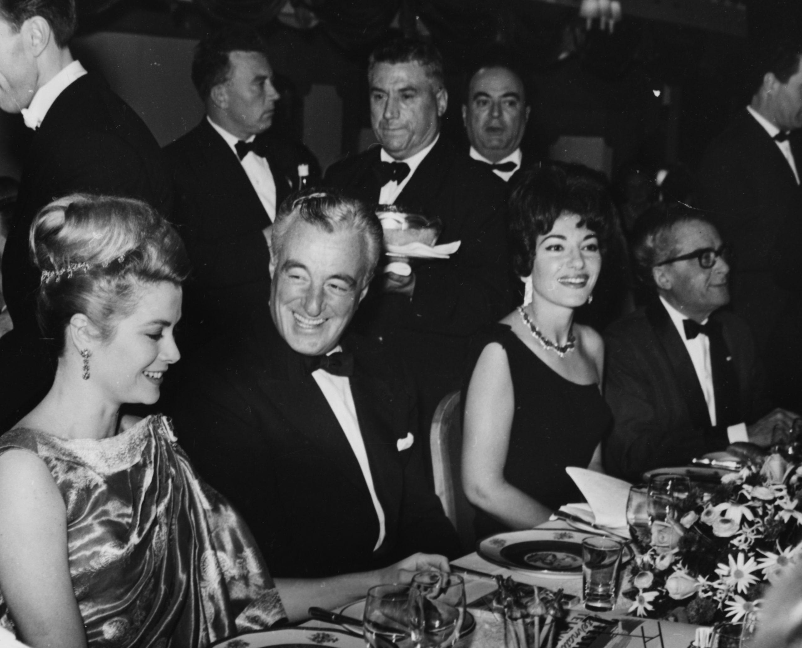 Grace Kelly con el director Vittorio de Sica y la cantante María Calls en Monte Carlo Sporting Club en 1962 / Foto: Getty Images