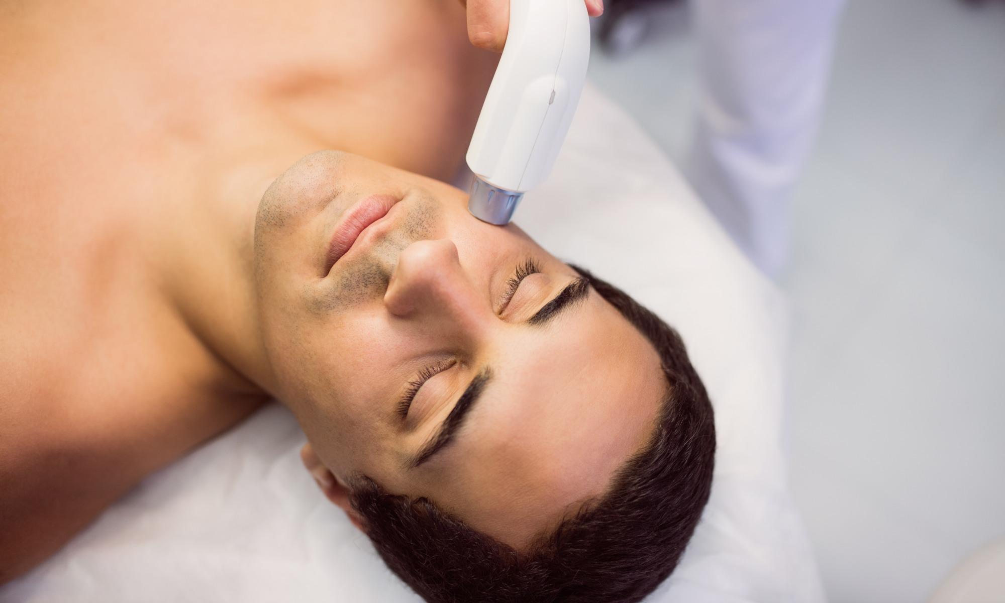 Hombre haciéndose un masaje facial