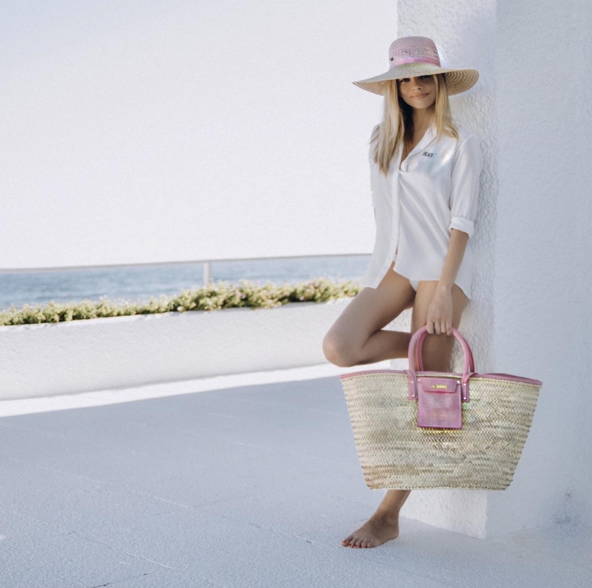 Raquel Oliva con cesta de playa y sombrero