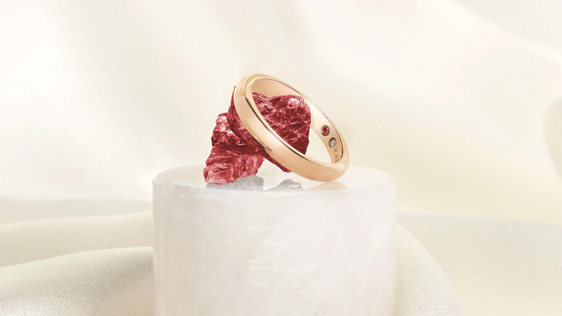 Detalle de la alianza con diamante y rubí / Foto: Rabat
