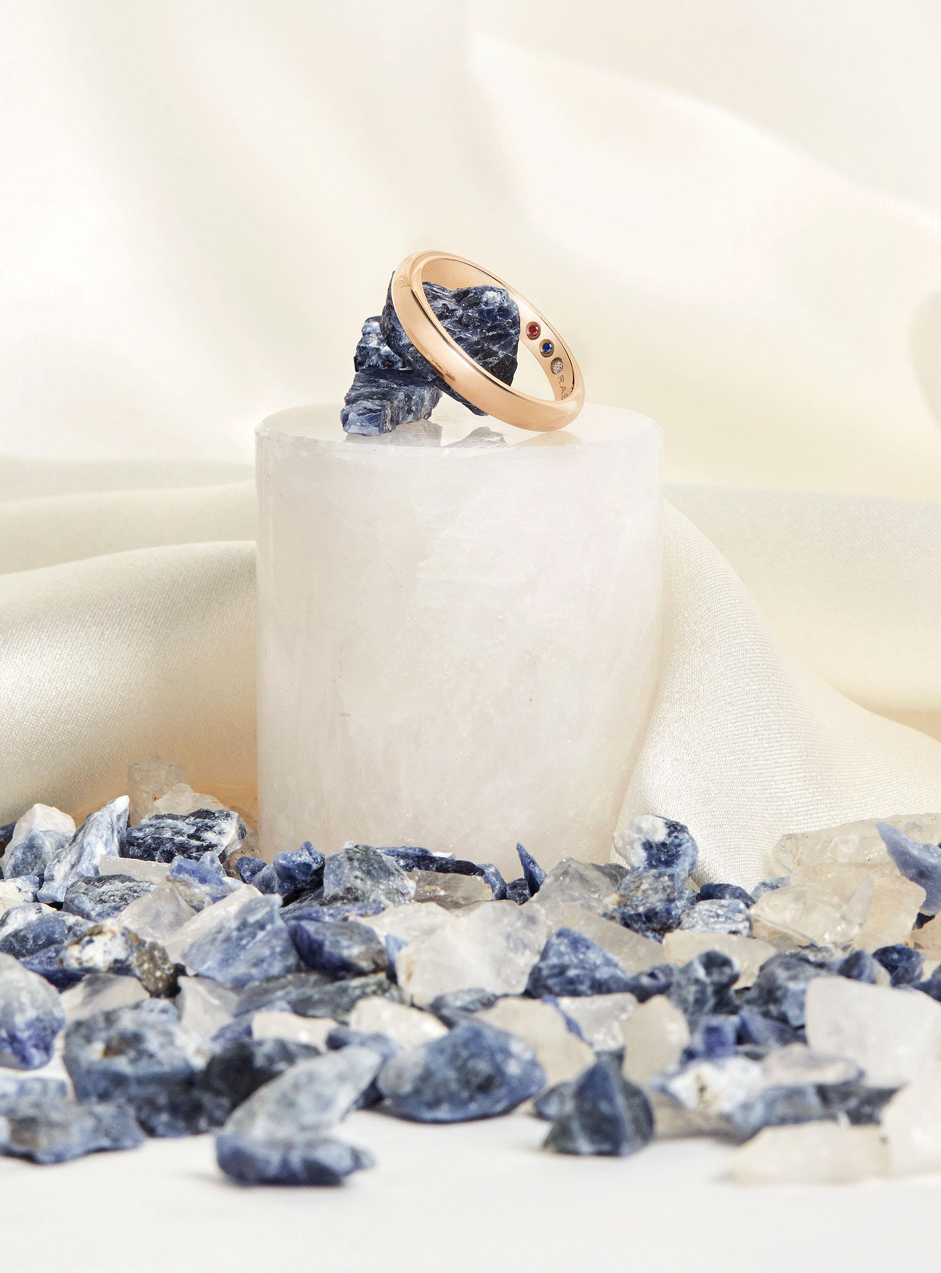 Alianza con diamante, zafiro y rubí / Foto: Rabat