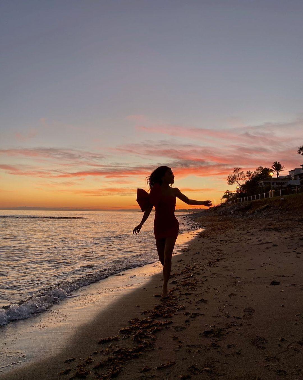 Paula corriendo por la playa de Marbella / Foto: @paulaordovas
