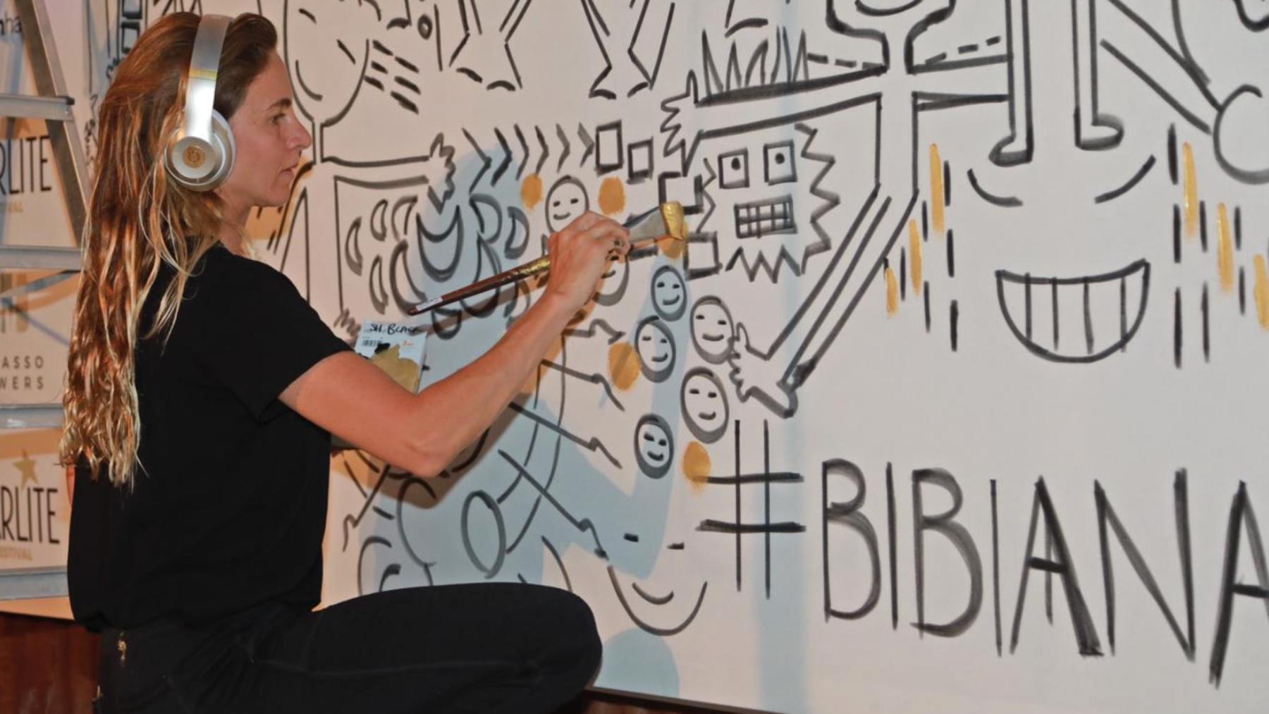 Bibi Domit pintando un mural para Starlite/Foto: Grupo Starlite
