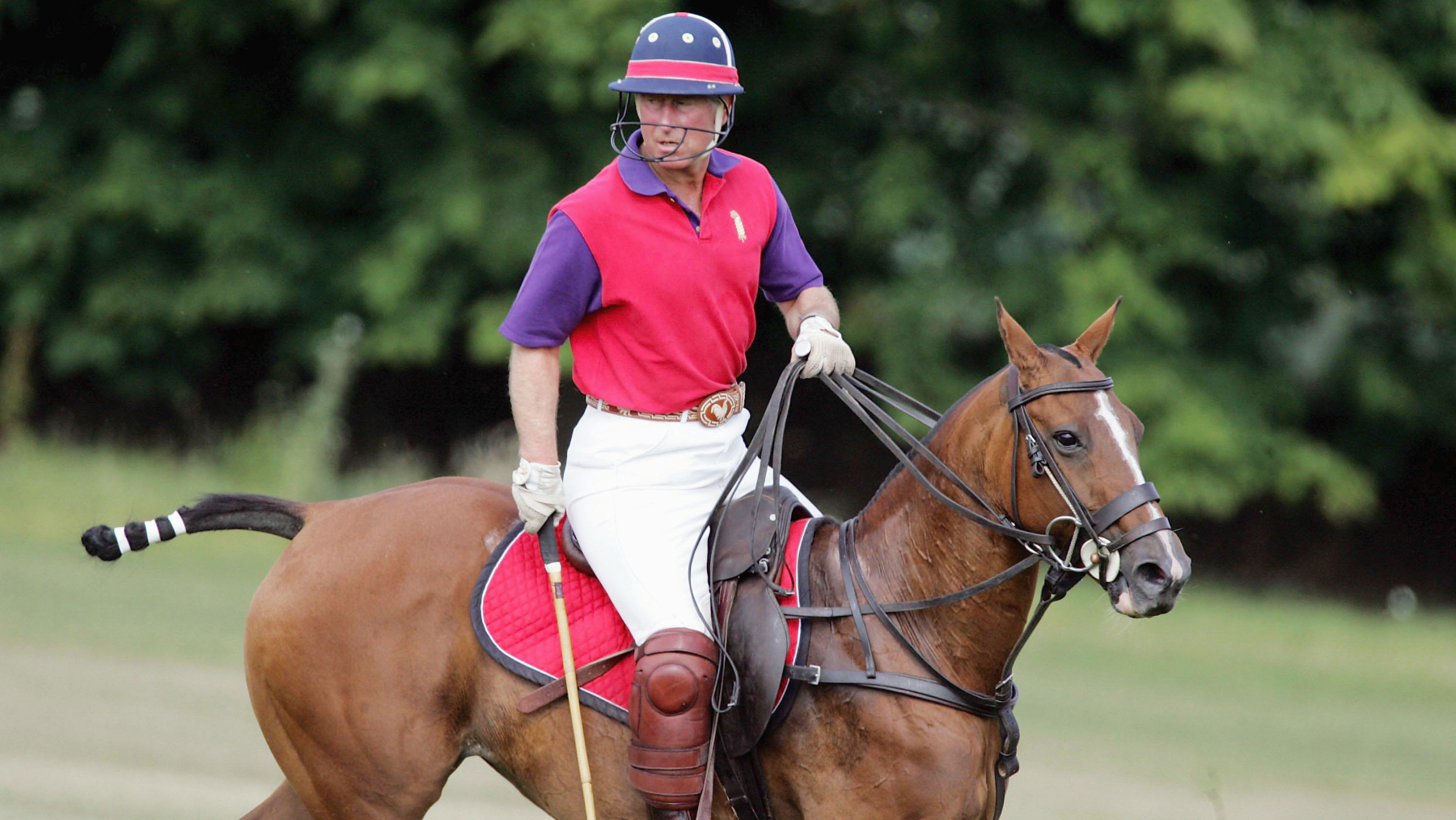 El príncipe Carlos jugando al polo