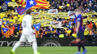 Esteladas y pancartas independentistas en un Clásico. (AFP)