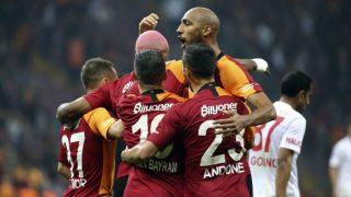 Nzonzi, Babel y Florin, entre otros, celebran un gol del Galatasaray. (Getty)