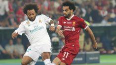 Marcelo y Salah pugnan por un balón en la final de Kiev. (Getty)