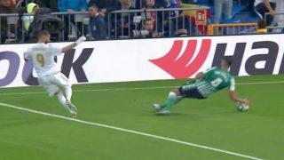 El colegiado no pitó penalti por esta mano de Feddal en el Real Madrid – Betis.