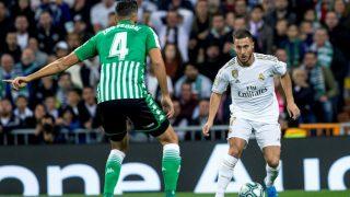 Eden Hazard intenta superar a Feddal en el Real Madrid – Betis. (EFE)