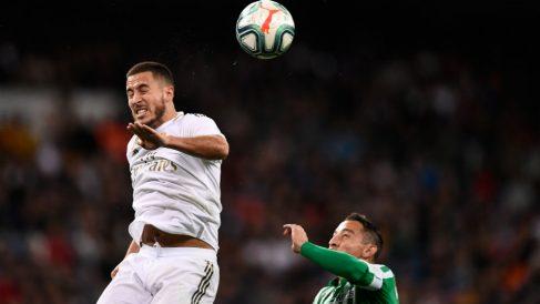 Hazard salta a por un balón durante el Real Madrid-Betis. (AFP)