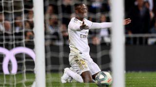 Vinicius protesta al árbitro una acción ante el Betis. (AFP)