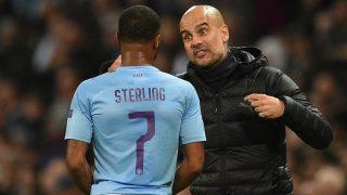 Sterling, recibiendo órdenes de Guardiola en un partido reciente (AFP).