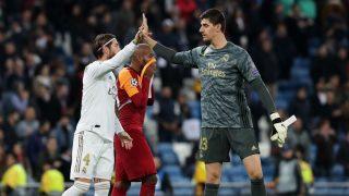 Sergio Ramos y Thibaut Courtois durante el partido ante el Galatasaray (Getty).