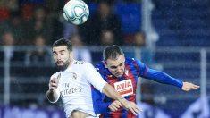Dani Carvajal pugna por un balón con Kike. (Getty)