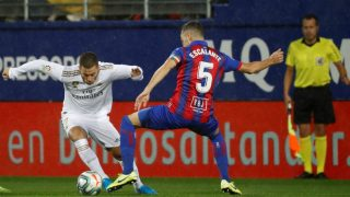 Eden Hazard intenta superar a un rival en el Eibar-Real Madrid.