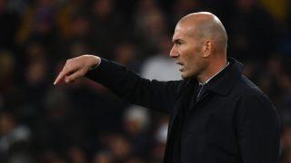 Zidane da instrucciones en un partido de Liga. (AFP)