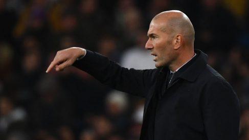 Zidane-da-instrucciones-a-los-suyos-en-el-último-encuentro-en-Liga-(AFP)