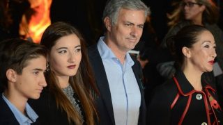 Mourinho posa con su familia al completo en un evento.