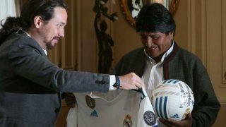 Pablo Iglesias entrega una camiseta del Real Madrid a Evo Morales.