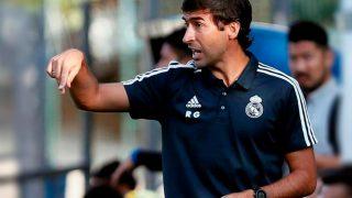 Raúl González dirige un partido del Real Madrid.