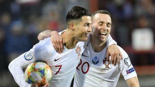 Cristiano Ronaldo y Diogo Jota celebran el gol del 7 portugués (AFP).