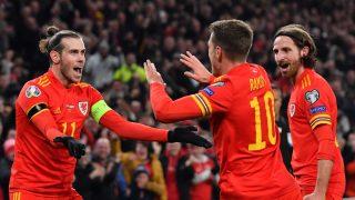 Gareth Bale celebra con Ramsey el primer gol de Gales contra Hungría (AFP).