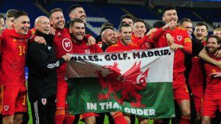 Gareth Bale se ríe junto a sus compañeros y la bandera infame.