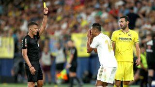 Gil Manzano enseña tarjeta amarilla a Casemiro. (Getty)