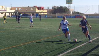 Las jugadoras del Tacón y el Tenerife, en el partido. (Tacón)
