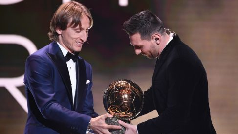 Modric le entrega a Messi el Balón de Oro. (AFP)