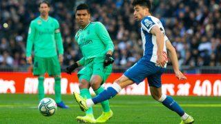 Casemiro disputa un balón con Marc Roca. (EFE)