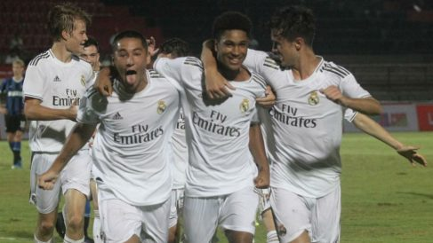 Los jugadores del Juvenil B celebran un gol.