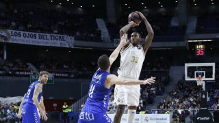 Thompkins lanza un triple ante San Pablo Burgos. (ACB)