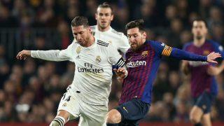 Sergio Ramos y Messi disputan un balón en un Clásico en el Camp Nou. (Getty)