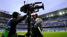 Una cámara de televisión en el Santiago Bernabéu. (EFE)