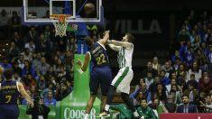 Tavares tapona una entrada del rival. (ACB)