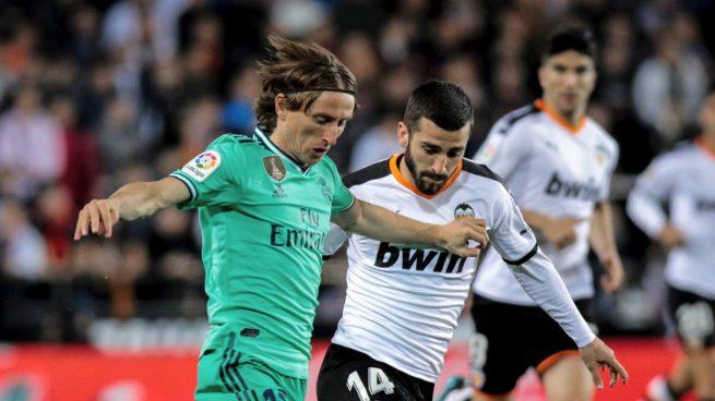 Modric y Gayá, durante el Valencia - Real Madrid (EFE).