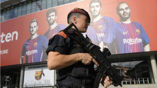 Un mosso armado en los aledaños del Camp Nou antes de un Clásico. (AFP)