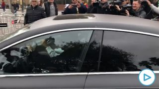 Jordi Alba, a su llegada al hotel Sofía en su coche. (vídeo: Enrique Falcón)