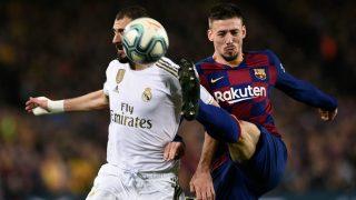 Lenglet pugna por un balón con Benzema. (AFP)