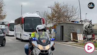 El autobús del Real Madrid, entre todo el dispositivo de seguridad.