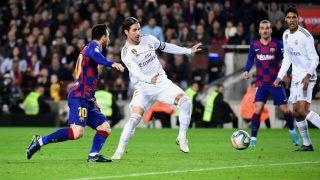 Sergio Ramos pugna con Messi por un balón. (AFP)