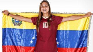 Deyna Castellanos, con la bandera de Venezuela, su selección.