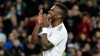 Vinicius se lamenta durante un partido. (AFP)