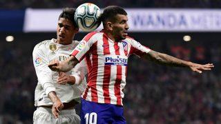 Raphael Varane y Ángel Correa pelean por un balón en el Atlético – Real Madrid. (AFP)
