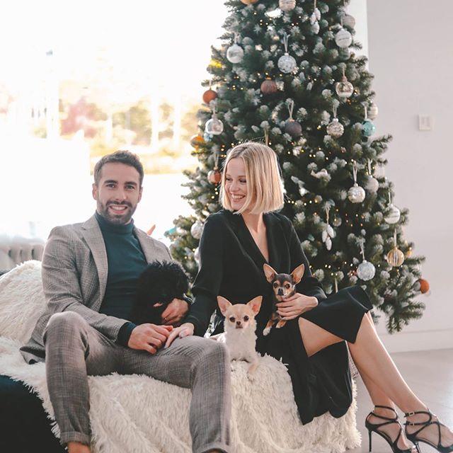 Carvajal felicita la Navidad junto a su pareja y sus perros en su casa.