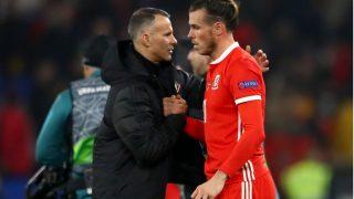 Giggs felicita a Bale tras un encuentro con Gales (Getty)