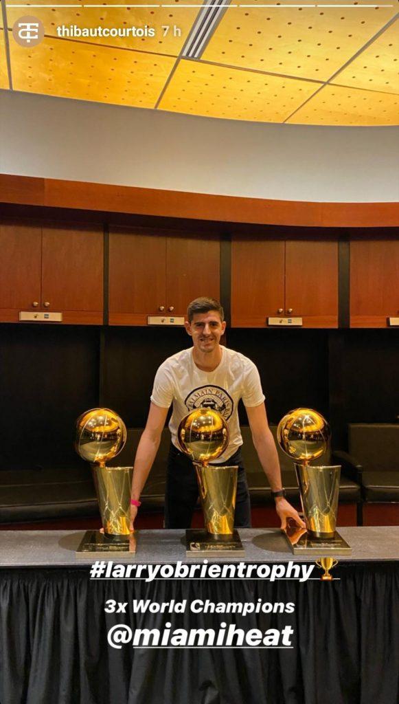Courtois, con los trofeos de los Miami Heat.