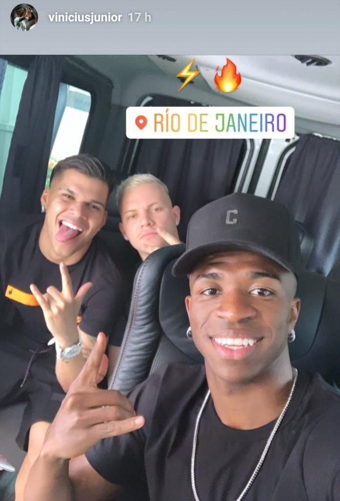 Vinicius disfruta de las vacaciones en Río de Janeiro entre amigos.