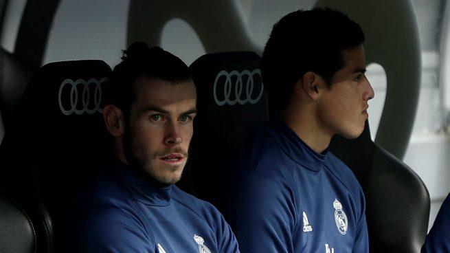 Bale y James, en el banquillo durante un encuentro del Real Madrid (Getty).